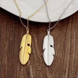 Jewelry - Gold Feather Pendant Necklace 💜